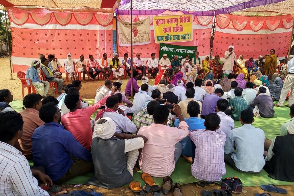 चुटका परमाणु विद्युत परियोजना के खिलाफ बैठक करते आदिवासी। फाइल फोटो: राजकुमार सिन्हा