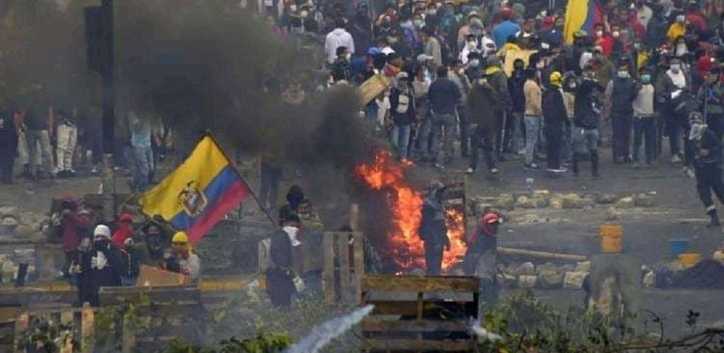 Protesters against Ecuador's austerity decree. Photo: Heisenberg/Twitter
