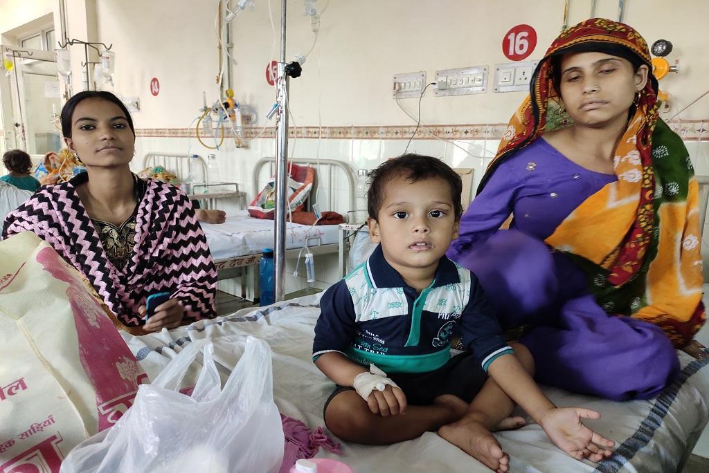जयपुर के जेके लोन अस्पताल में भर्ती तीन साल का मोहम्मद अनस। फोटो: विवेक मिश्रा