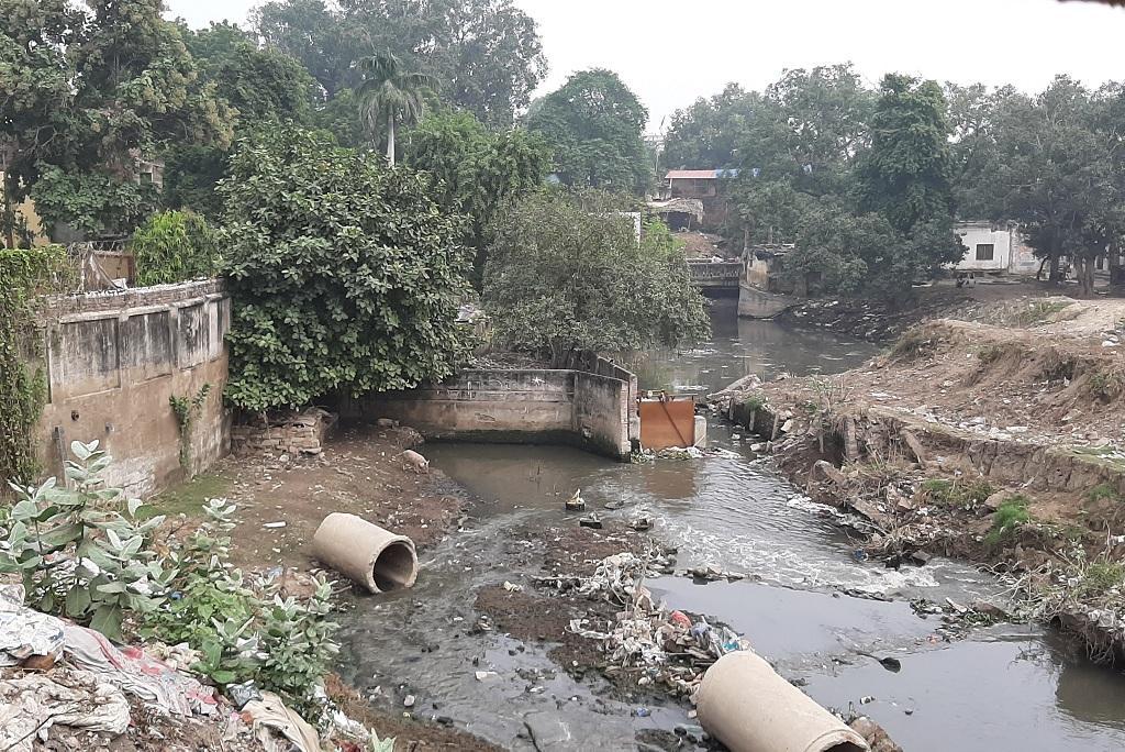 वाराणसी शहर के कई नालों का पानी अस्सी नाले में पहुंच कर गंगा तक जा रहा है। फोटो: रिज़वाना तबस्सुम