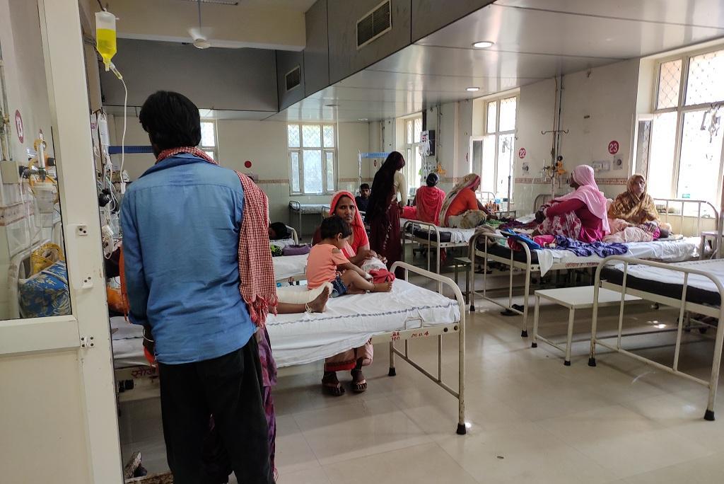 जयपुर के जेके लोन अस्पताल में भर्ती बच्चे। फोटो: विवेक मिश्रा