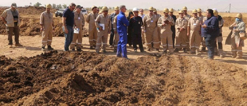 Iraq government experts examine the process of preparing windrows for biological treatment of oil contaminated soil. Photo: Hassan Partow/UNEP