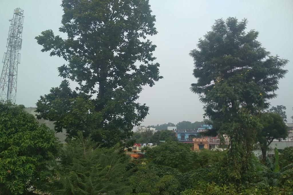 30 अक्टूबर को दोपहर 12 बजे तक देहरादून का आसमान साफ नहीं हो पाया था। फोटो: वर्षा सिंह