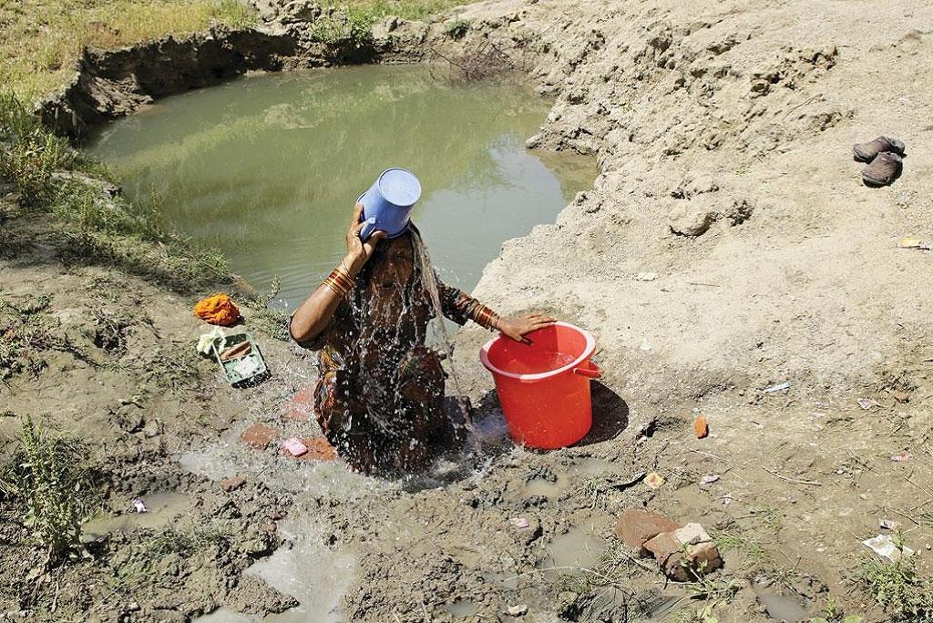 ग्रामीण इलाकों में नहाने के लिए बाथरूम न होने के कारण महिलाओं उन्हें नजदीकी तालाब, कुएं, नलकूपों और नदियों में पूरे कपड़े पहनकर नहाना पड़ता है (विकास चौधरी)