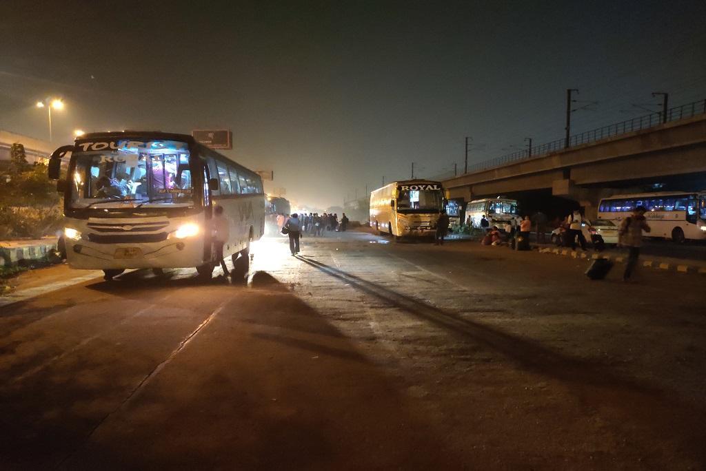 Photo : मयूर विहार एक्सटेंशन पर निजी बस अड्डा