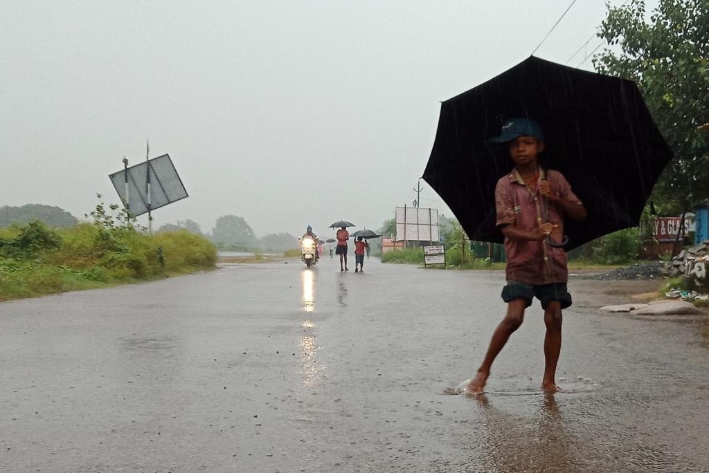 बुलबुल चक्रवात के आने से पहले ही ओडिशा के तटीय क्षेत्रों में भारी बारिश शुरू हो गई है। फोटो: आशीष सेनापति