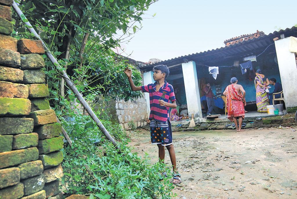 भोईपाली गांव का 11 वर्षीय सुधांशु बारीक को यह नहीं पता कि वह पिछले छह महीने से  ब्लड कैंसर से पीड़ित है