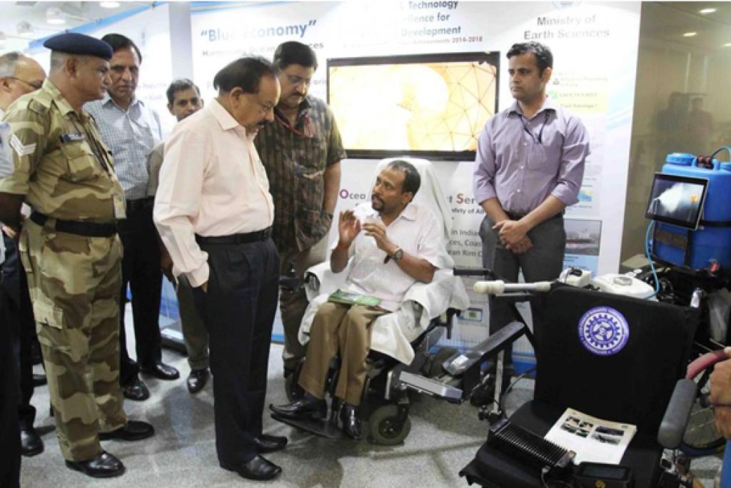 विज्ञान एवं प्रौद्योगिकी मंत्री डॉ हर्ष वर्धन को स्प्रेयर के बारे में बताते हुए डॉ पटेल । फोटो: साइंस वायर