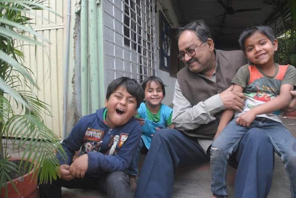 अपना 61वां जन्मदिन बच्चों के साथ मनाते हुए अब्दुल जब्बार। फाइल फोटो