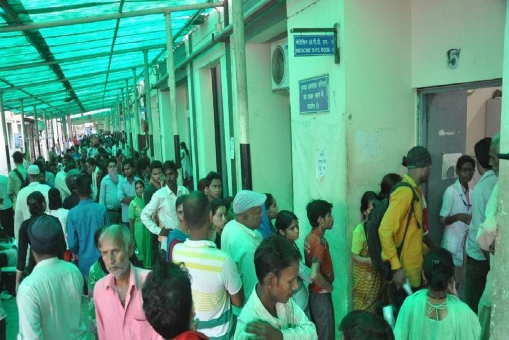 उत्तराखंड की राजधानी देहरादून के सबसे बड़े सरकारी अस्पताल में इलाज के लिए कतारों में लगे लोग। फाेटो: मनमीत