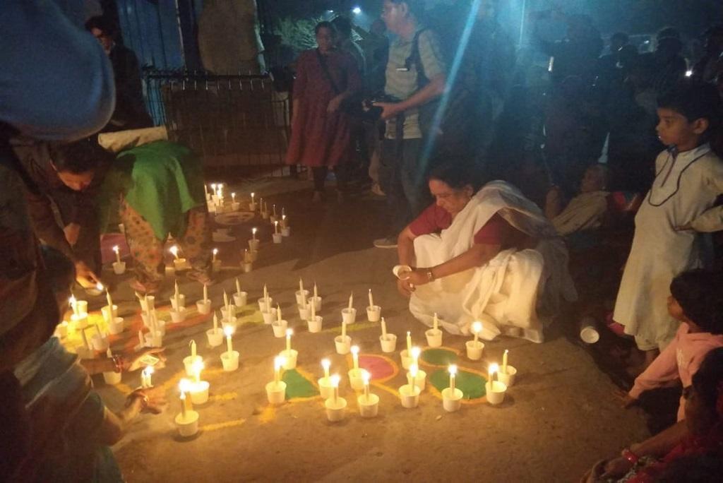 भोपाल गैस हादसे की 35वीं बरसी की पूर्व संध्या पर मारे गए लोगों को उनके परिजनों और भोपाल शहर के लोगों ने श्रद्धांजलि दी। फोटो: मनीष चंद्र मिश्र