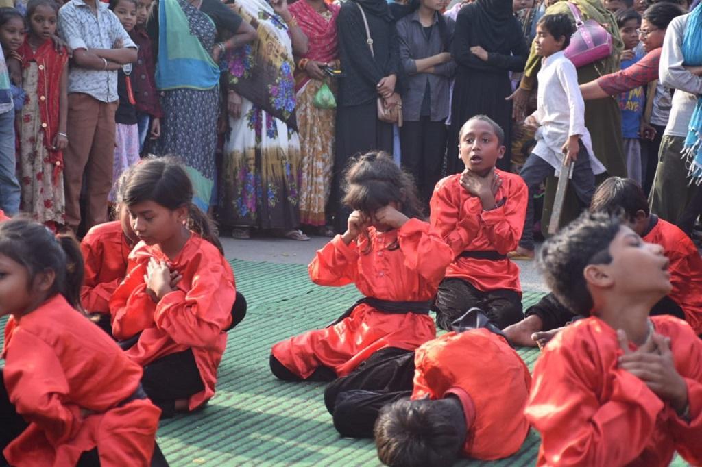 भोपाल गैस हादसे की 35वीं बरसी के मौके पर बच्चों द्वारा प्रस्तुत किए नृत्य नाटिका का एक दृश्य। फोटो: मनीष चंद्र मिश्र