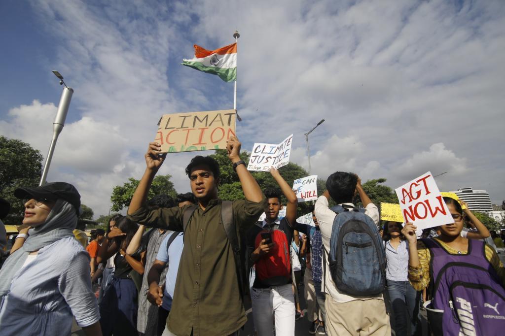 नई दिल्ली में प्रदर्शन करते जलवायु कार्यकर्ता। फोटो: विकास चौधरी