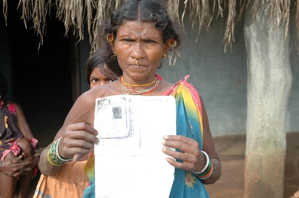 अपना लैंड टाइटल दिखाती एक आदिवासी महिला। फाइल फोटो: कुमार संभव श्रीवास्तव