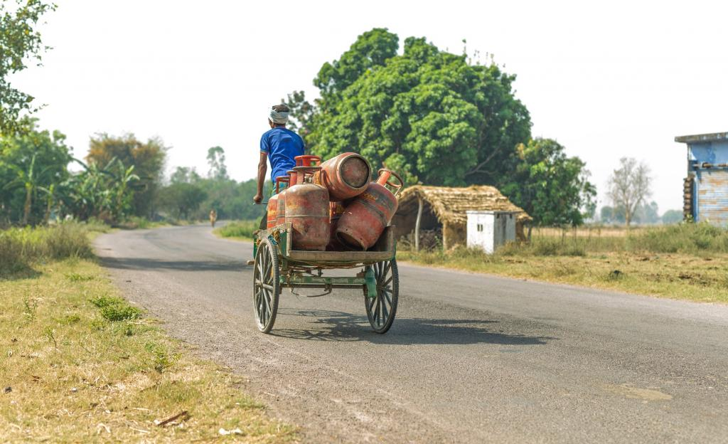 Even after 4 years of Ujjwala, dealers travel 92 km to deliver cylinders: CAG