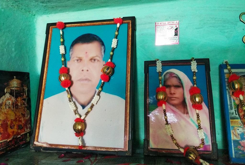 बिहार के सारण जिले के नवरसिया मोहल्ले में आर्सेनिक की वजह से हुए कैंसर से गोलू के माता-पिता की मौत हो चुकी है। फोटो: उमेश कुमार राय