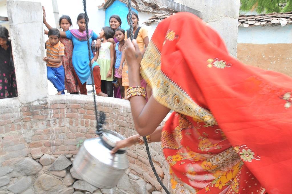 उत्तरप्रदेश के कई जिलों में आर्सेनिक व फ्लोरायड की मात्रा तय मानक से अधिक है। फोटो: मीता अहलावत
