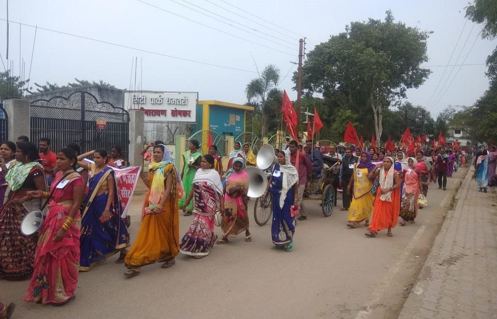 छत्तीसगढ़ के धमतरी में मजदूरों के साथ किसानों ने रैली निकाली। फोटो: मनीष चंद्र मिश्र