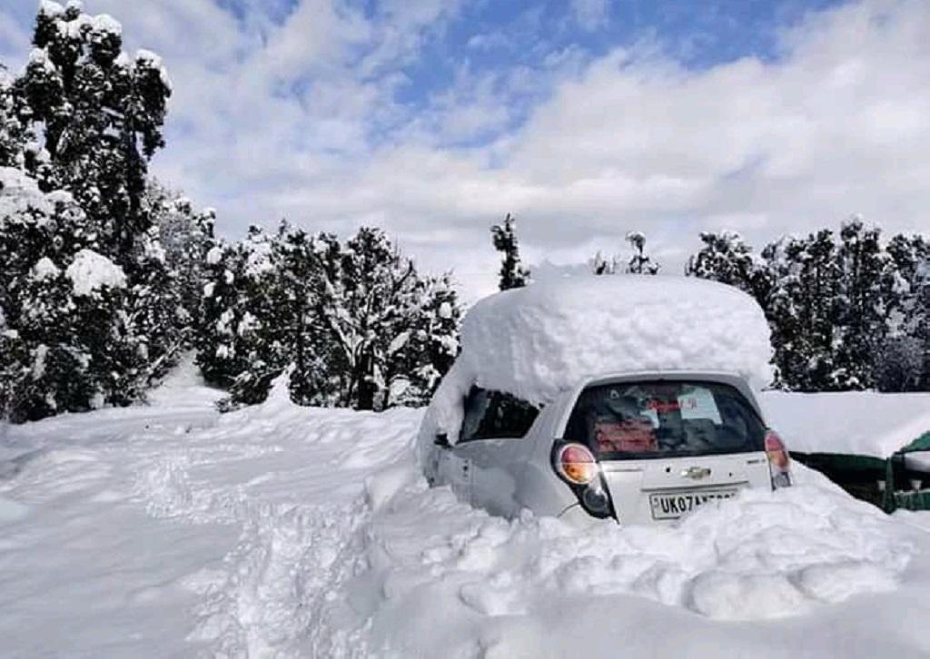 उत्तराखंड के टिहरी इलाके में गिरी बर्फ से ढकी कार। फोटो: मनमीत सिंह