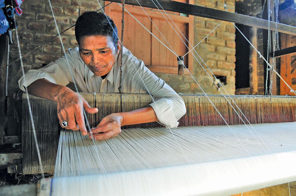 भागलपुरी सिल्क तैयार करता एक कारीगर। फोटो: अजीब कोमची