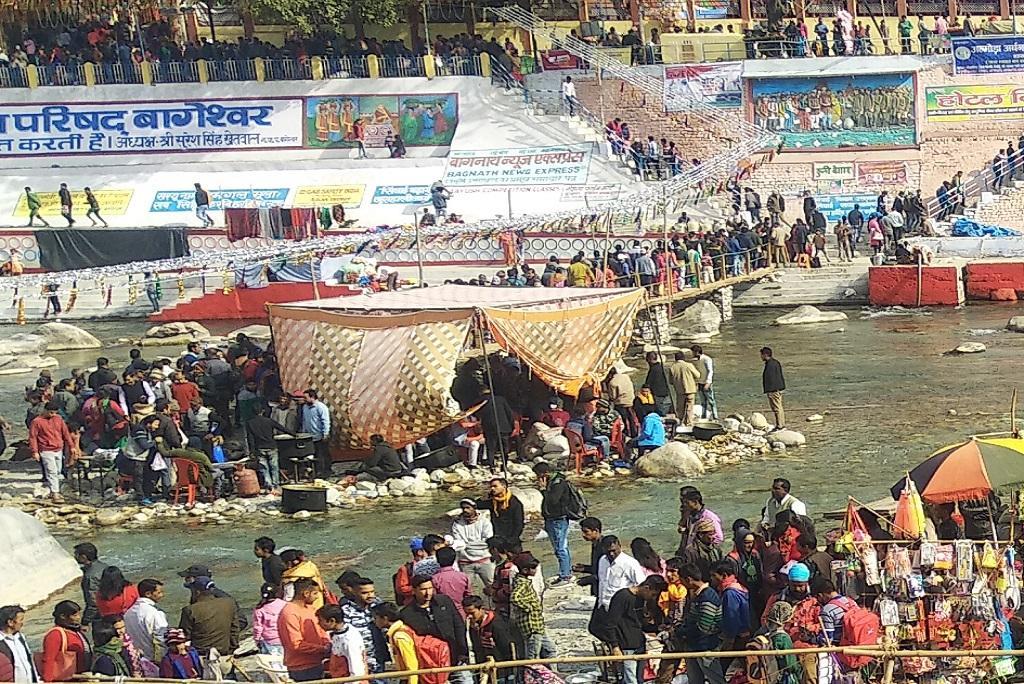 बागेश्वर के ऐतिहासिक बगड़ में 14 जनवरी को प्रतीकात्मक रूप से कुली बेगार के कागज नदी में बहाए जाते हैं। फोटो - त्रिलोचन भट्ट