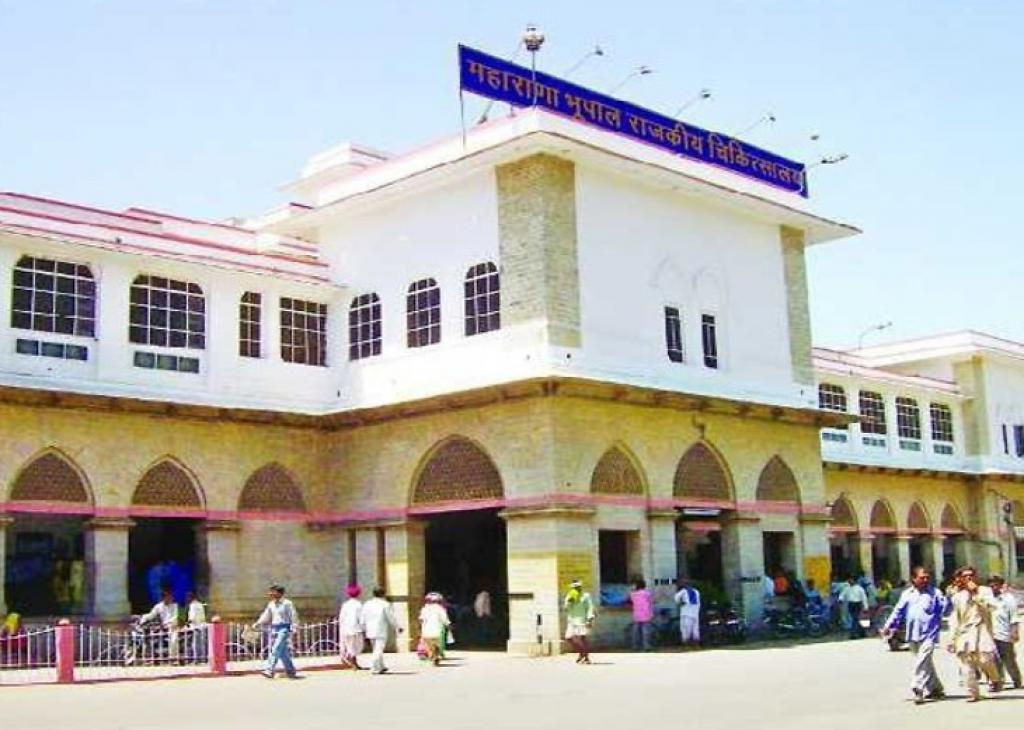 राजस्थान के उदयपुर स्थित महाराजा भूपोल सिंह राजकीय अस्पताल का बाहरी दृश्य। फोटो: माधव शर्मा