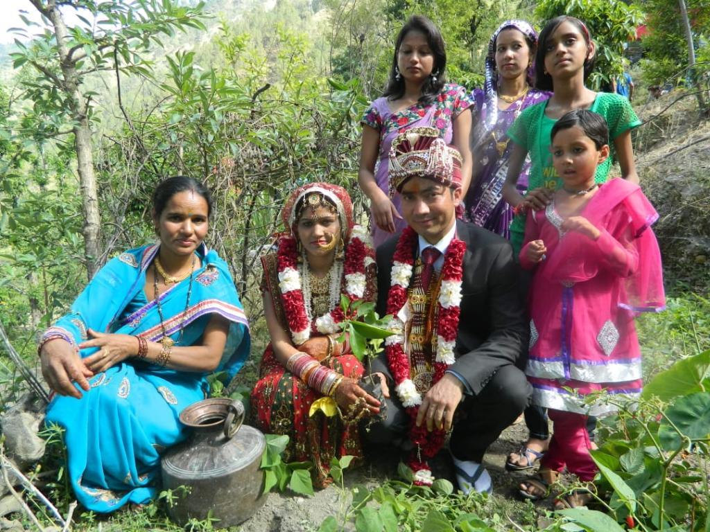 मैती अभियान के तहत पौधा लगाते दूल्हा-दुल्हन। फोटो: वर्षा सिंह