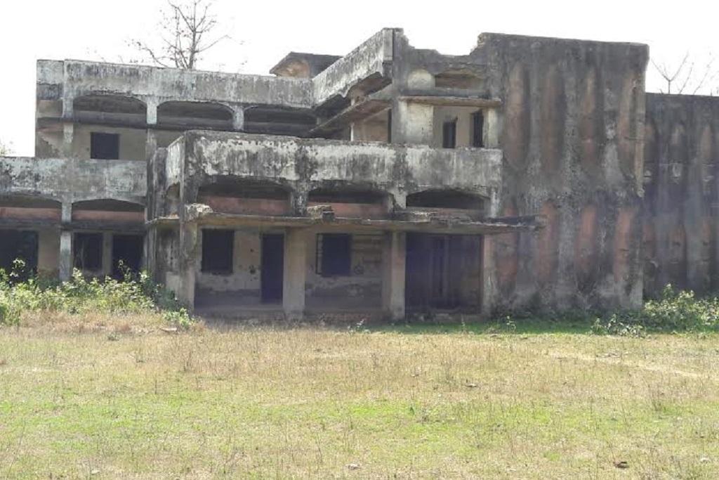 यह है बिहार के जिला शिवहर के तरियानी छपरा गांव में बंद पड़ा सरकारी अस्पताल। फोटो: पुष्यमित्र