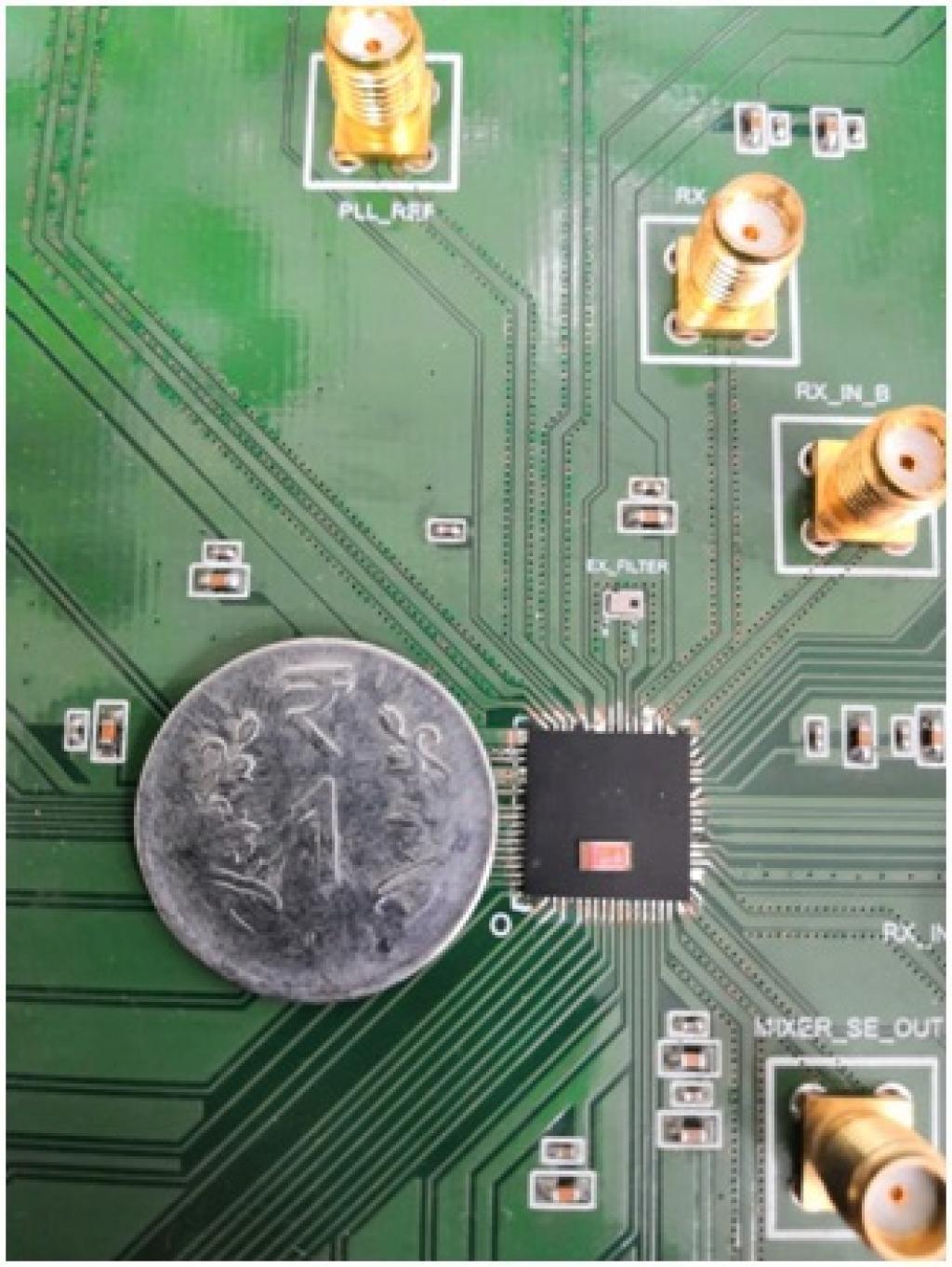 अपने परीक्षण बोर्ड में टीडब्ल्यूआर राडार पैकेज शीर्ष पर रखी गई चिप के साथ (फोटो : आईआईएससी)