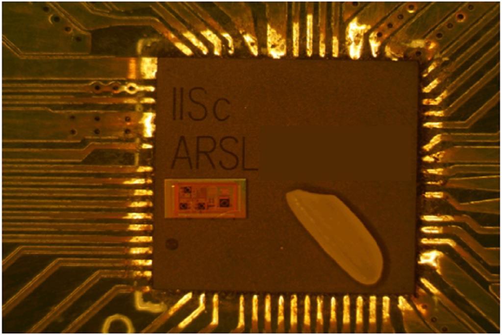 चावल के एक दाने की तुलना में टीडब्ल्यूआर रडार-ऑन-चिप का सूक्ष्मदर्शी से लिया गया चित्र (फोटो : आईआईएससी)