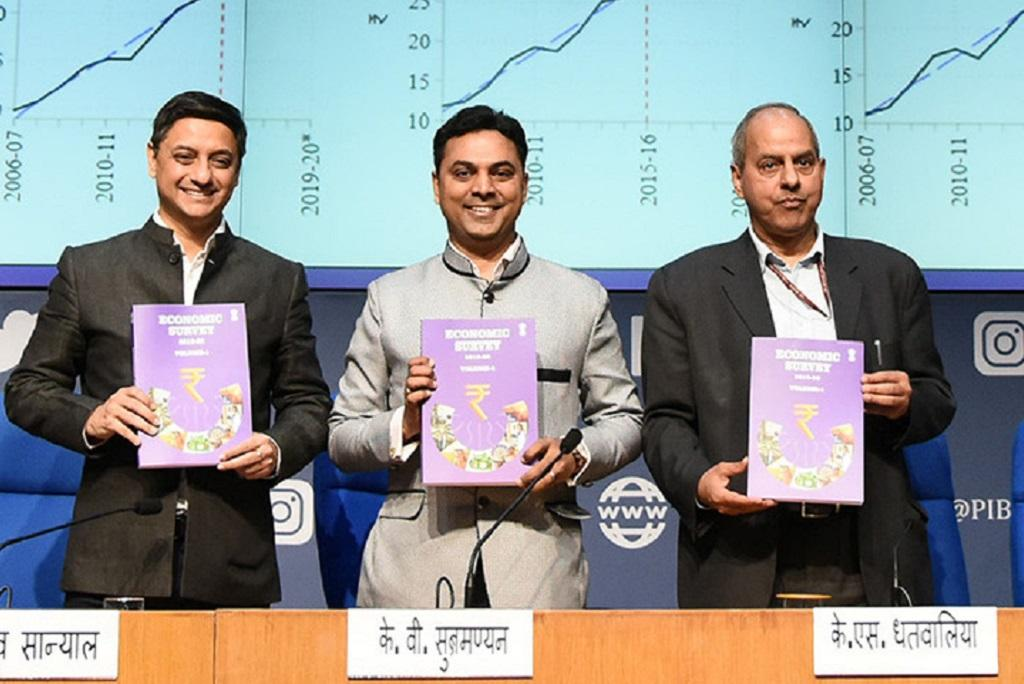 आर्थिक सर्वेक्षण रिपोर्ट दिखाते मुख्य आर्थिक सलाहकार कृष्णमूर्ति सुब्रह्मणयम। फोटो: पीआईबी