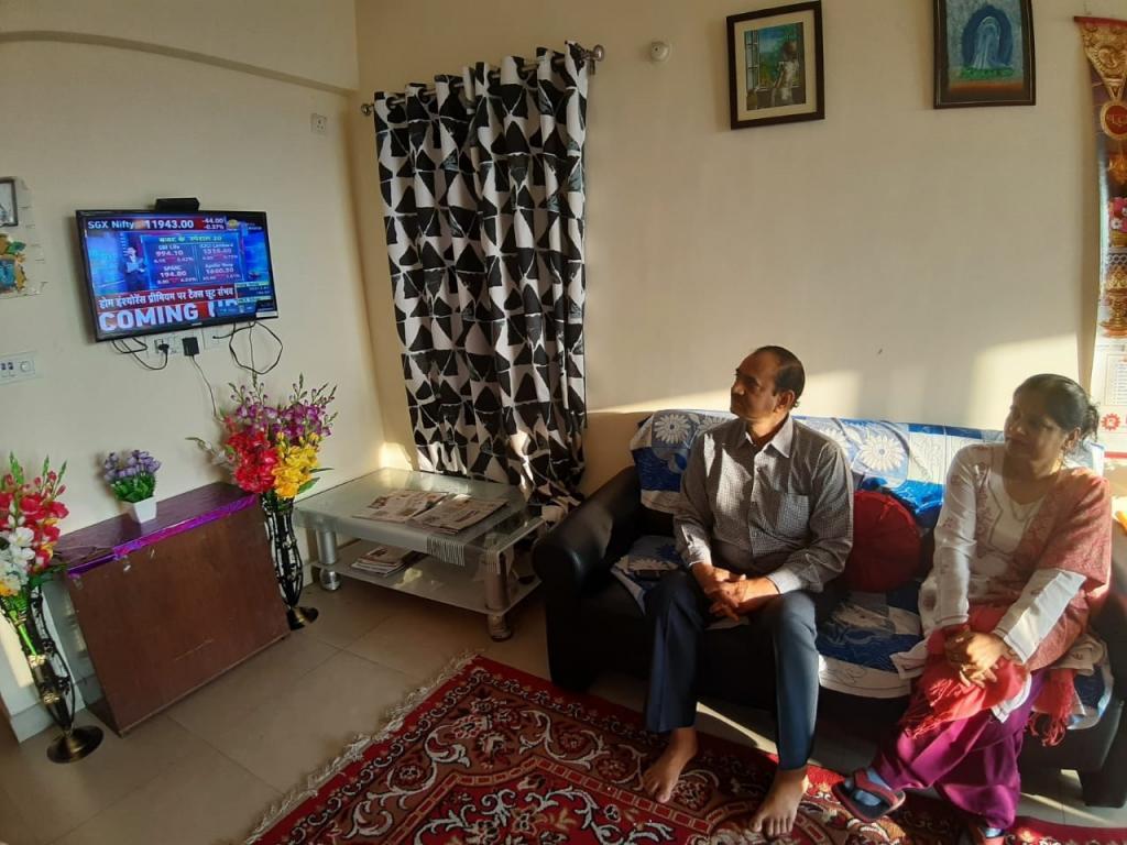 ओडिशा के सुंरदगढ़ जिले में राघवेंद्र द्विवेदी अपने परिवार के साथ बजट देखते हुए। फोटो: कृति द्विवेदी