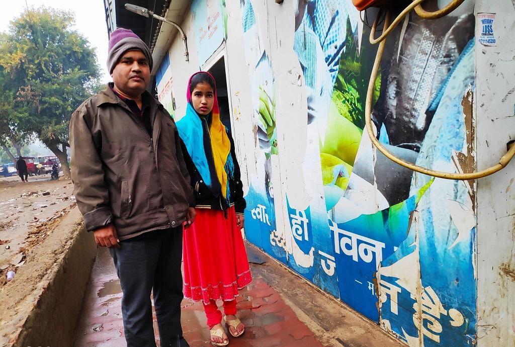दिल्ली के संगम विहार निवासी वहीद अहमद अपने बच्चों का इलाज अपने पास के मोहल्ला क्लिनिक से ही कराते हैं। फोटो: भागीरथ