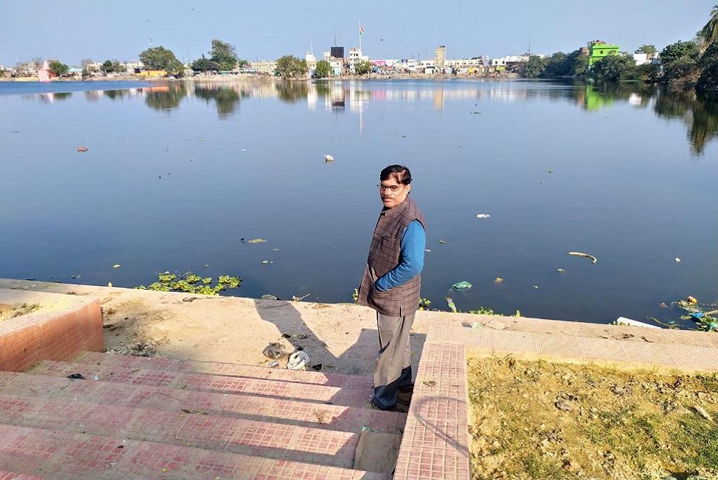 दरभंगा शहर में तालाब बचाने की मुहिम चलाने वाले नारायणजी चौधरी। फोटो: पुष्यमित्र