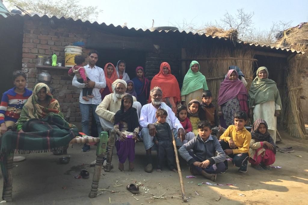 37 सदस्यों वाले हाकीम अली का यह परिवार कई पीढ़ियों से गरीब है। फोटो: शाहनवाज आलम