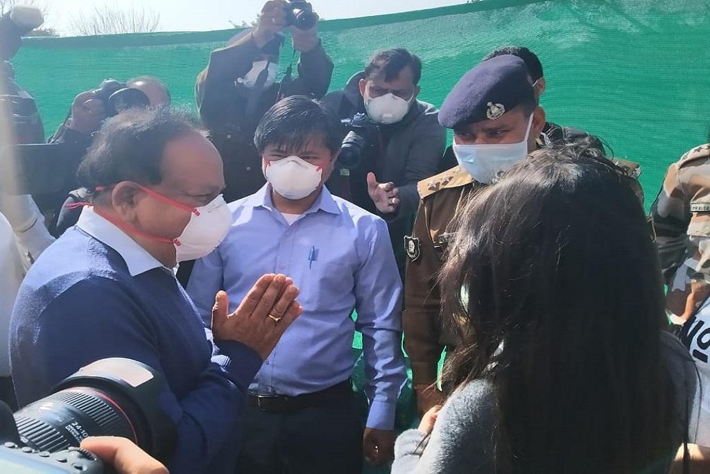 चीन के वुहान से लाए गए लोगों से बातचीत करते केंद्रीय स्वास्थ्य मंत्री डॉ. हर्षवर्धन। इन लोगों के टेस्ट नेगेटिव पाया गया, जिसके बाद उन्हें घर भेजा गया। फोटो: Twitter @MoHFW_INDIA