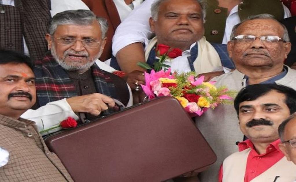 बिहार के उप मुख्यमंत्री व वित्त मंत्री सुशील मोदी राज्य का बजट पेश करते जाते हुए। फोटो: पुष्य मित्र