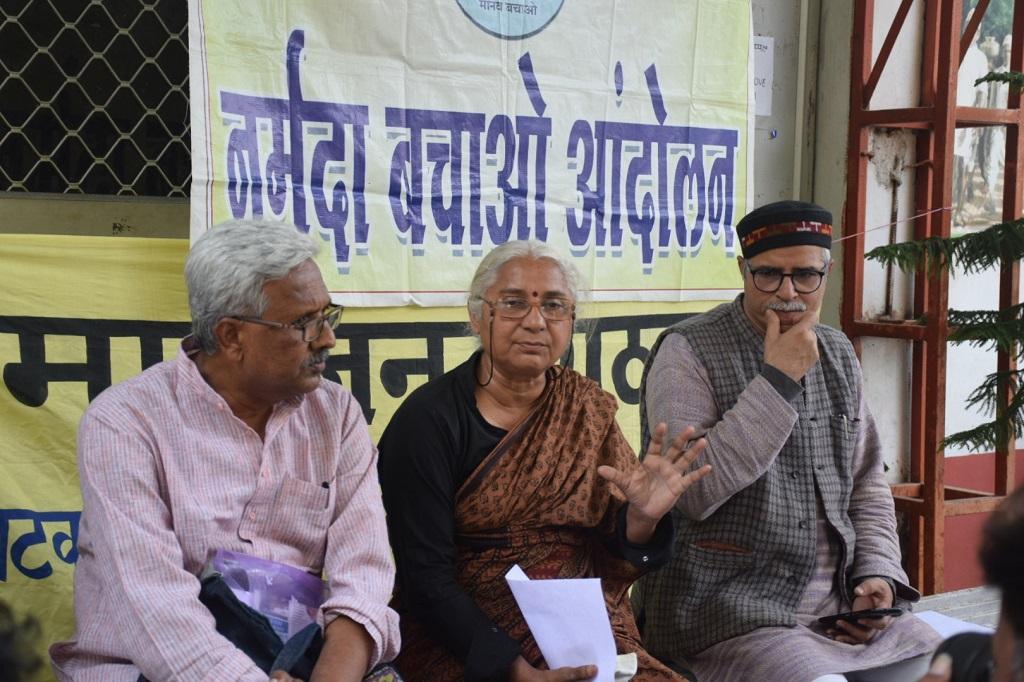 नर्मदा बचाओ आंदोलन की संयोजक मेधा पाटकर कार्यक्रम की जानकारी देती हुई। फोटो: मनीष चंद्र मिश्र
