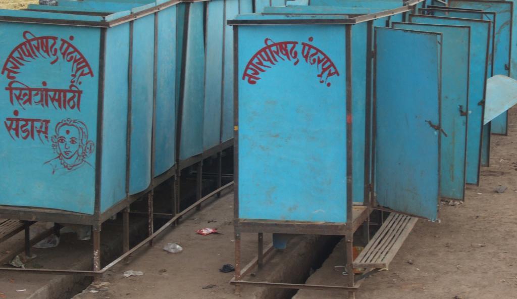 Temporary public toilets in Pandharpur, Maharashtra. Photo: Wikimedia Commons