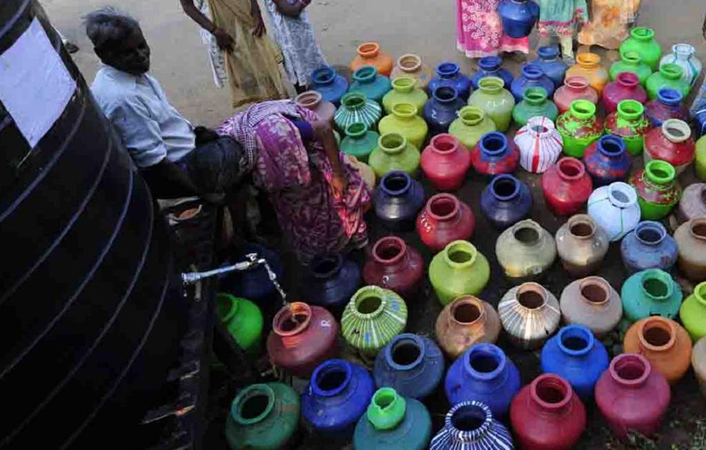 केरल के पलक्कड़ जिले में पानी के लिए लगी लाइन। Photo: P S Manoj Kumar