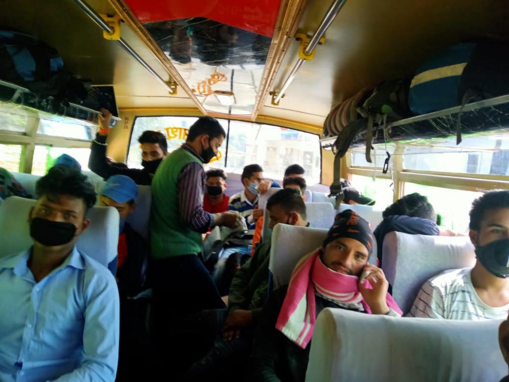 दिल्ली से ऋषिकेश पुहंचे उत्तराखंड के लोग। फोटो: वर्षा सिंह