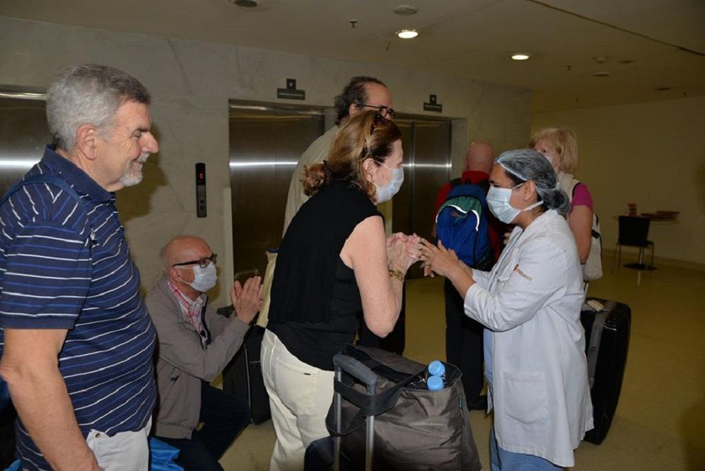 गुरुग्राम के मेदांता अस्पताल में कोरोनावायरस से पीड़ित इटली के नागरिक ठीक होने के बाद अस्पताल प्रशासन का धन्यवाद करते हुए। फोटो: शाहनवाज आलम