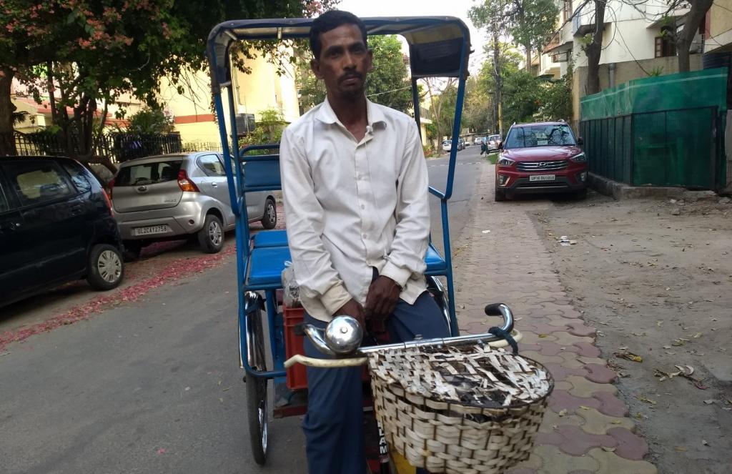Rickshaw puller Mohammad Idrish from Purnia in Bihar, earns a living in Gautumbudh Nagar in western Uttar Pradesh. He will be affected most by the lockdown due to COVID-19. Photo: Kundan Pandey / CSE