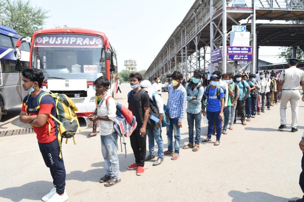 कैप्शन- बिलासपुर में फंसे झारखंड के प्रवासी मजदूरों को घर भेजा गया। फोटो: मनीष चंद्र मिश्र