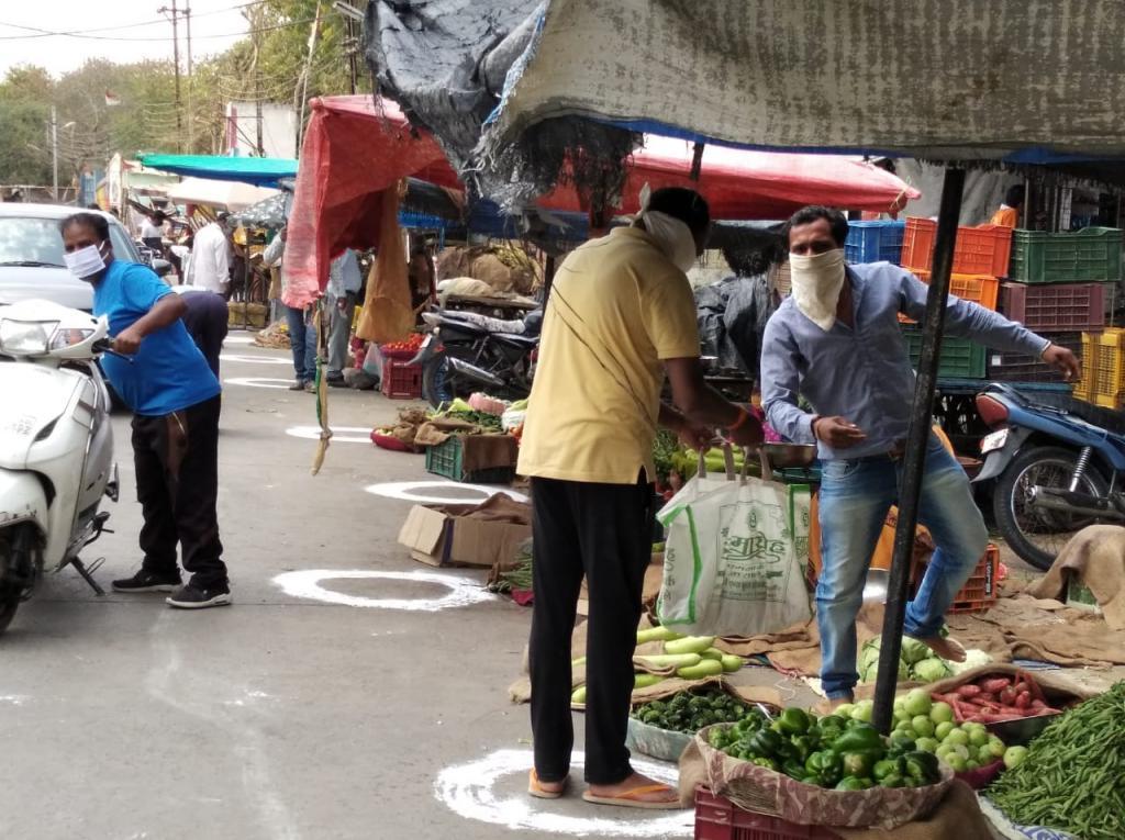इंदौर में सामाजिक दूरी बनाने के लिए बाजारों में गोल घेरा बनाया गया है। फोटो: मनीष चंद्र मिश्र