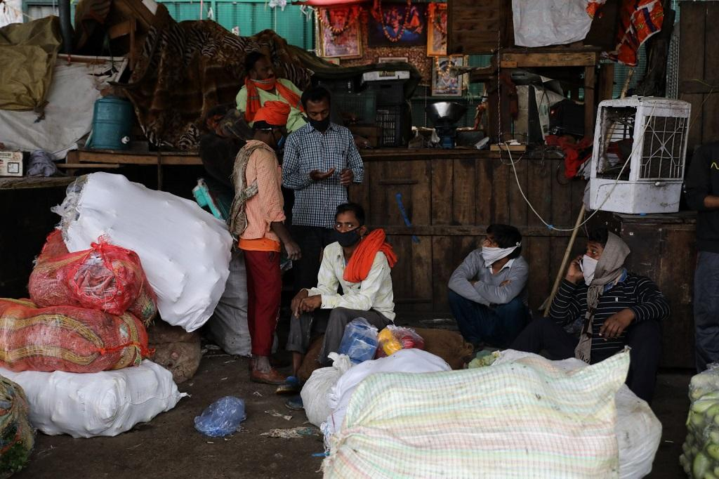 दिल्ली के आजादपुर मंडी में खाली बैठे मजदूर। फोटो: विकास चौधरी