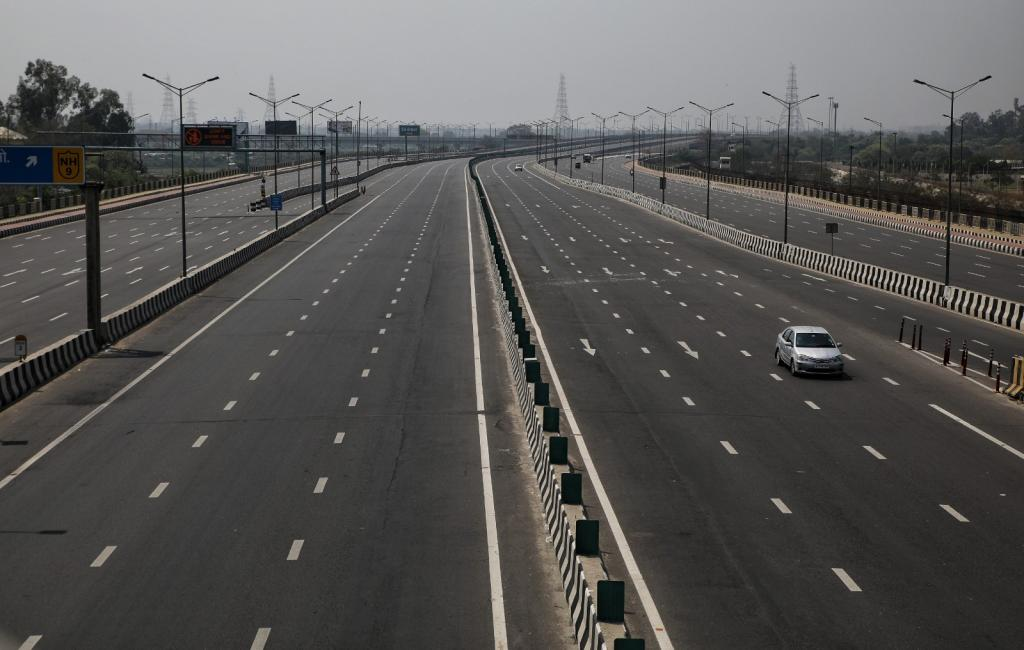 Delhi-Meerut expressway near Akshardham temple wears a deserted look. Taking leaf from other affected countries such as China, France, Italy, New Zealand and the UK, the Indian government decided to go for a 21-day lockdown, which began on March 25. People cannot go out of their homes, except in cases when they have to buy food and medicines. The idea was to break the chain of transmission of SARS-CoV-2 virus and contain novel coronavirus spread.