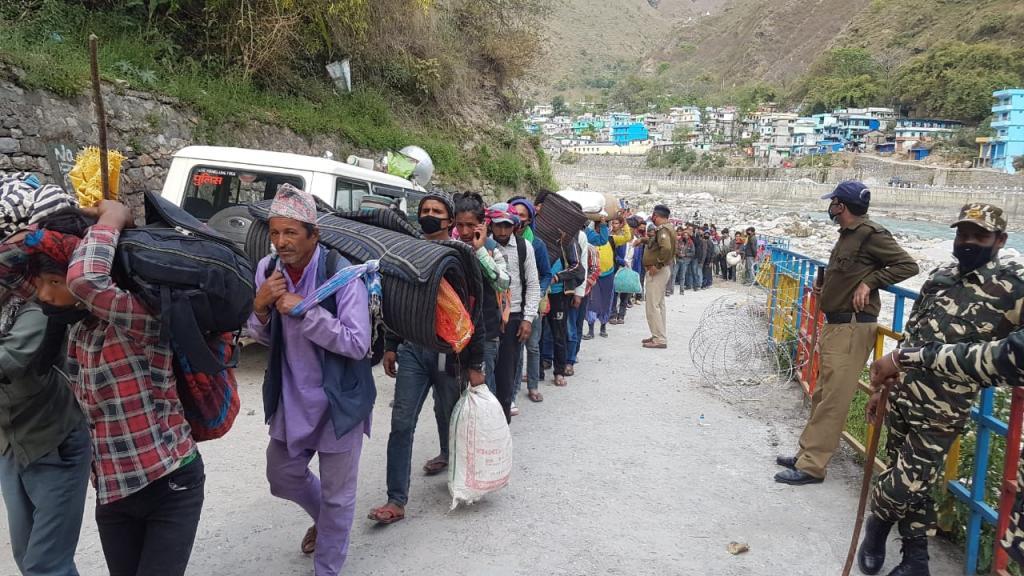 पिछले दो दिनों में पिथौरागढ़ जिले के धारचूला में नेपाल जाने वाले मजदूरों की संख्या 200 से बढ़कर 800 के करीब पहुंच गई। फोटो: एसएस डटाल