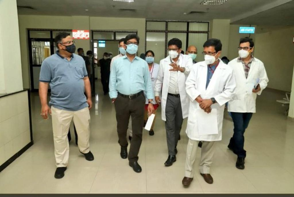 झारखंड के मुख्यमंत्री हेमंत सोरेन स्वास्थ्य सेवाओं का जायजा लेते हुए। फोटो: twitter/ @nayan_ankur