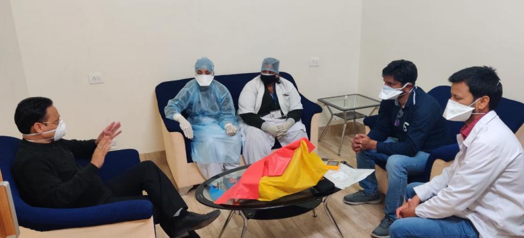 देहरादून के राजकीय मेडिकल कॉलेज हॉस्पिटल में हर रोज बड़ी संख्या में कोरोना संदिग्ध मरीज पहुंच रहे हैं। फोटो : त्रिलोचन भट्ट